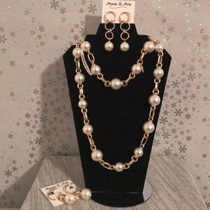 Set of pearls necklace and 2 set of earrings 💝🎁